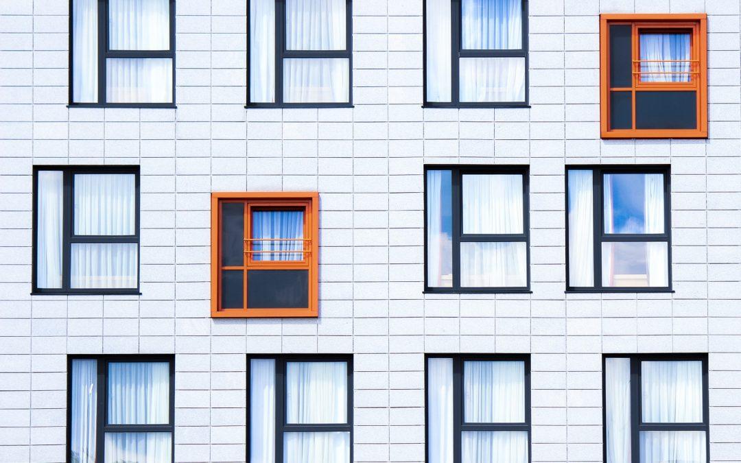 Transformación de ventanas en puertas para convertirlos en local comercial.